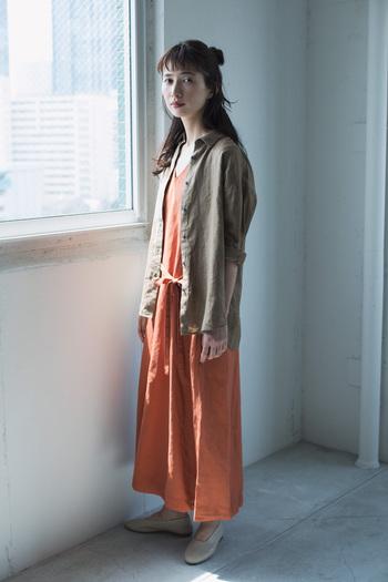 初夏に着たくなる軽やかなワンピースにも相性のよい「プレミアムリネン」のシャツは、さらっと羽織える気軽さが嬉しい。シンプルなデザインだから、コーデにすんなりと馴染み、程よく抜け感をプラスしてくれます。