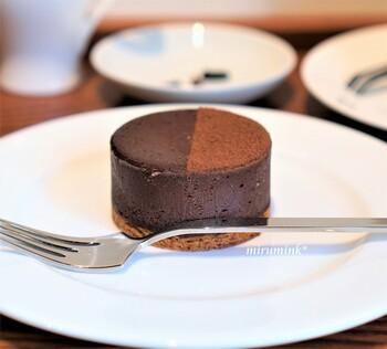 こちらはスフレから着想を得た、オリジナルの半生チョコレートケーキ「マジドゥショコラ」。濃厚でありながらくどくなく、口当たりなめらかな新感覚のスイーツです。