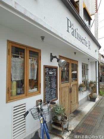 九品仏駅からすぐのところにある「Pâtisserie R(パティスリーエール)」は、海外のカフェのようなかわいらしい雰囲気が素敵なお店。自由が丘駅からも九品仏川緑道沿いに歩けば10分ほどで着くので、お散歩がてら立ち寄ってみませんか?