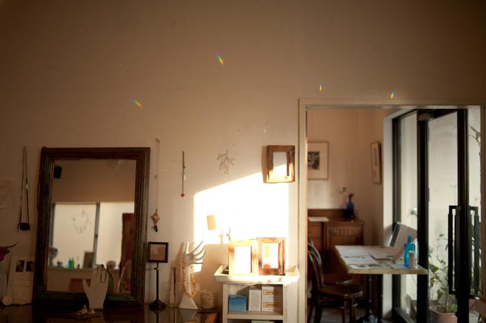 サンキャッチャーが太陽の光を浴びると、お部屋の中には無数の虹色の光が広がります。その空間は、幻想的で神秘的。ソファなどに座ってゆったりと眺めていると、時間が経つのを忘れてしまうほどの美しさです。