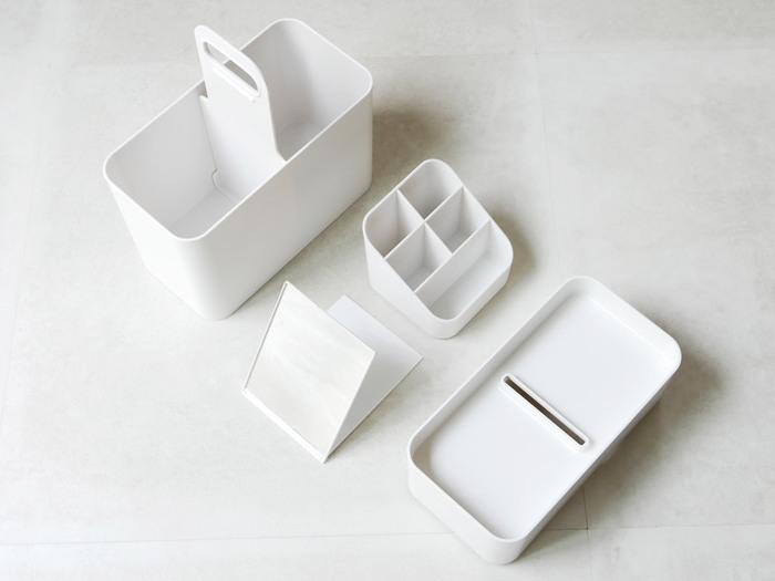 「メイクボックス」とはいえ、メイク用品専用にするのはもったいない機能性。  深さがあり、仕分け可能なケースや仕切りも付属していて、デイリーケア用品や文房具の収納にも◎