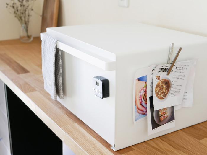 この形なら、上に家電や見せる収納もできますし、側面にはマグネットも使用OK。フックなどを使えばもっと機能的なキッチンが作れるはず。  パンや食べかけおやつを詰め込んでおいてもよし、コーヒー豆とフィルター、カップとシュガーなどをトレイの上にセットした状態でしまっておけば、一息つきたいときにここから出し入れするだけであっという間にコーヒーブレイクが実現。毎日の生活の質まで上がりそうですね!