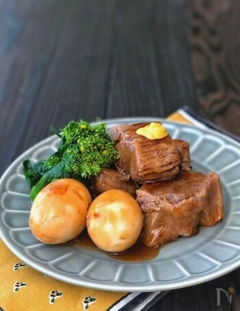 柔らかなボリュームのあるお肉は、それだけで格別。その代表格といえる豚の角煮もぜひ挑戦したい一品です。 下茹でに時間をかけるので、豚肩ロースでも脂も落ちてヘルシーに仕上がります。味付けのタレも片栗粉でとろみをつけるので、口どけなめらかなおいしさに。