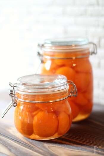 シロップ漬けのジュースの部分だけではなく、果実も味わうことができるレシピです。アプリコットはそのまま食べるよりも、調理した方がより甘酸っぱい風味を楽しめますよ。