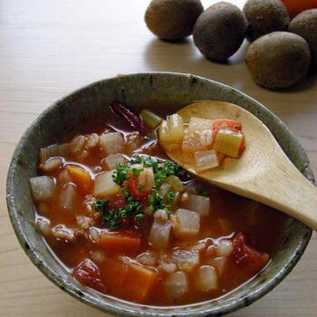 干し野菜ならではの野菜の旨味が凝縮されたミネストローネ。冷蔵庫に余っている野菜を3~4時間天日干しするだけで、ぐっとおいしさが増します。