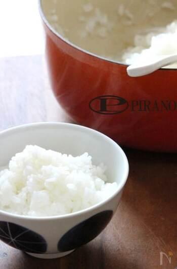 鍋でご飯を炊くのは火加減が難しい、と敬遠していた方もびっくりするくらいに簡単に炊けるレシピです。コツは洗米方法と浸水時間。早速鍋で炊くふっくらモチモチなご飯を味わってみませんか。