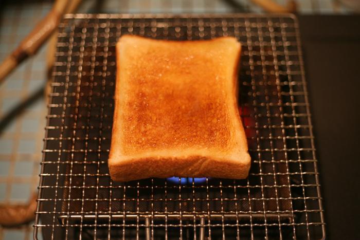 京都の老舗「辻和金網」の職人さんの技術の高さに感動してしまうほどの焼き網。外側はかりっと中はふんわりとした食パンが焼きあがります。