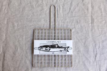 新潟県燕市の老舗道具展「工房アイザワ」の焼き網はとにかくシンプルなデザイン。網目や持ち手部分など一つ一つ丁寧に手作りされているからこその美しさと使いやすさが魅力です。