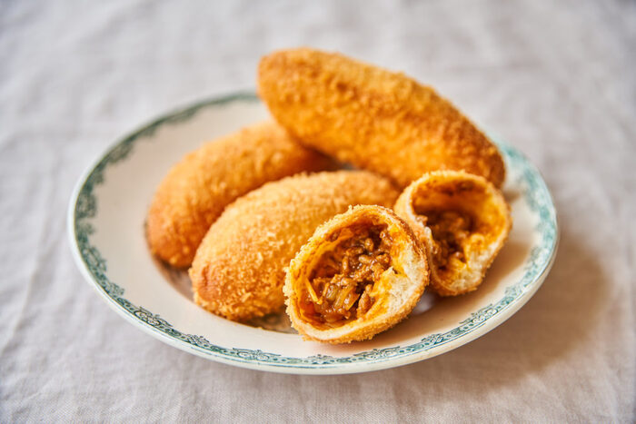 できたてのサクサクがおいしいカレーパンのレシピ。揚げたてを食べられるのは、お家ならではの楽しみですね。カレーが余った次の日に作るのもおすすめです。
