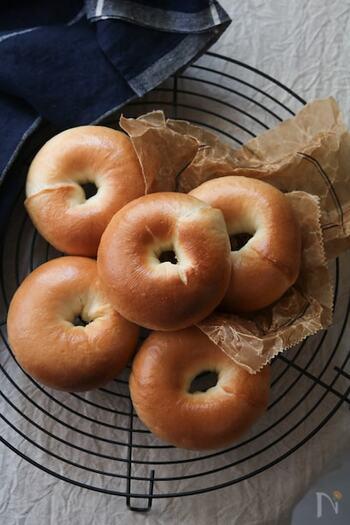 こちらは小ぶりなサイズ感で作るベーグルのレシピ。子どもでも食べやすいようにやわらかい生地になっています。ベーグルは普通のパンに比べて短い時間で作れるのもポイントです。焼きあがったらクリームチーズをつけてどうぞ♪