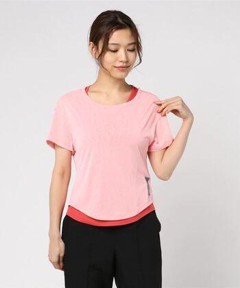 一枚でも重ね着でもサマになるレイヤードTシャツ。タンクトップはTシャツより長めなので、着るだけでサマになります。大きく三角形に開いたバックデザインを活かして、お気に入りのスポーツブラが見える着こなしを楽しむのも◎