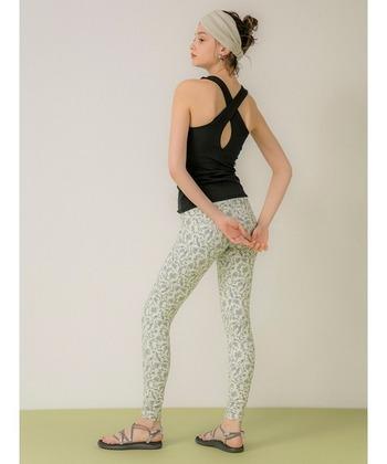 二の腕や肩回りなど、ボディラインを確認しながらトレーニングを行う場合はタンクトップを。デコルテがきれいに見えるスクエアネックに、背中のクロスストラップが女性らしいデザインです。吸水速乾、接触冷感機能があるストレッチ素材なので、着心地重視の人にもおすすめ。