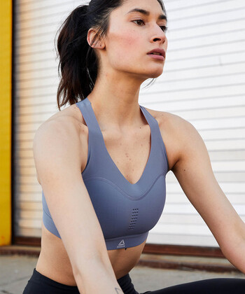 身体の動きに合わせてサポート力が変わるReebokの機能的なスポーツブラ。軍用防弾チョッキや宇宙服にも使われている特殊素材を使用しています。ふちはフリーカットなので付けていることを忘れるようなシームレスな着心地。細かい通気穴が胸と背中にあるので、汗をかいても快適です。