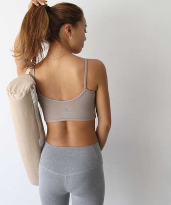 胸元の裏地にメッシュ生地を使用したスポーツブラ。シンプルなデザインなので、トレーニング以外に脇が広く開いたトップスのインナーとしても使用できます。背中が大きく開いているので、肩甲骨のラインを意識したトレーニング時にもおすすめ。