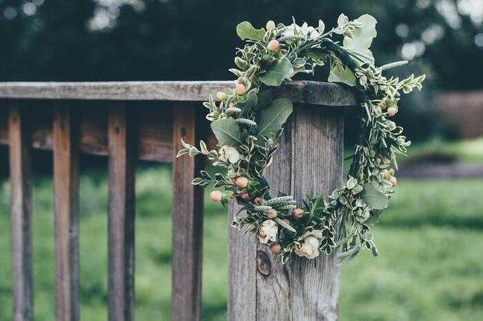 「永遠に続く愛」という意味があるリースは、結婚する友達へのプレゼントにぴったり。式の前に渡せば、受付でウェルカムリースとして飾ってもらうこともできます。この場合は、式の前に会える時間があるかどうかを事前に確認しておきましょう。ブリザーブドフラワーのものなら、式の後に新居でも使ってもらえます。キットを使って手作りするのも◎