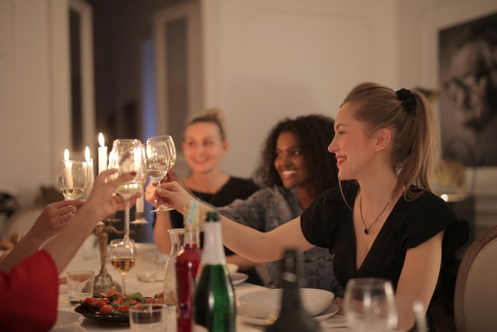 リムジンの中では食事は軽食が中心になるので、誕生日パーティーをするレストランまでの送迎に使う、という方法もあります。リムジンで行けば、気分もぐっと華やぎますね。