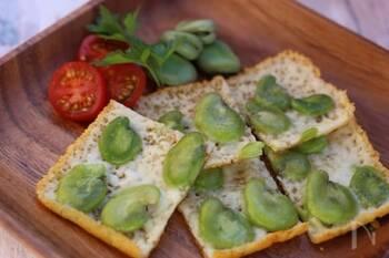 ピザ用チーズで作るチーズせんべいは、卵焼き器を使うことで綺麗な長方形に仕上がります。そら豆をのせて見栄えもボリュームもアップ!チーズの風味とカリカリの食感がたまりません。