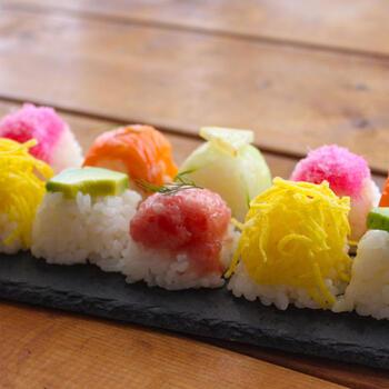一口サイズで食べやすいキューブ寿司は、おもてなしにぴったりの華やかメニュー。製氷皿にラップを敷き、具材→すし飯の順で詰めてぎゅっと押すだけ、サーモンやアボカド、錦糸卵など、カラフルな食材を使って彩りよく作ってみてください。