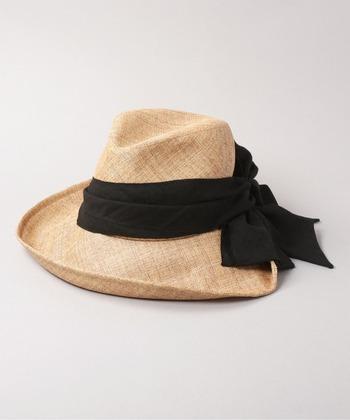 日差し対策に欠かせない帽子。軽くて通気性の良いペーパークロス素材の中折れハットは、裏地にはメッシュ生地が施されていて、長時間被っても快適です。つばが広く、シルエットが美しいので、被ると小顔効果も期待できます。
