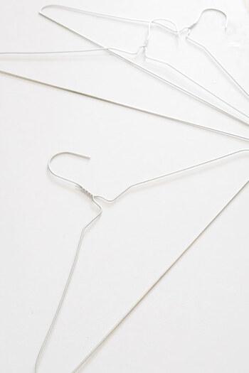 針金ハンガーを丸く曲げれば簡単に大きな輪っかを作ることができます。毛糸を巻けば保水力もアップ。