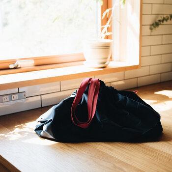 食料品などのお買い物にも活躍してくれる、大容量なエコバッグ。がばっと大きく口が広がるタイプなので、レジカゴに装着することも可能。