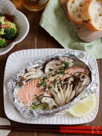 魚と野菜が手軽に食べられるホイル焼きも、ぜひ覚えておきたい定番おかず。鮭の皮は下向きにして、しっかり焼けるようにすると美味しいですよ。フライパンに少量の水を入れると熱のまわりが良くなり、またフライパンのコーティングを守ることができます。ポン酢やレモンと一緒にさっぱりといただきましょう!