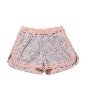 こちらは、女性に人気のリバティプリントのショートパンツ。くすみカラーが甘すぎず、無地のパイピングのおかげでトップスとも馴染みやすいですよ。少しだけ裾に向けて広がるシルエットは脚をきれいに見せてくれます。