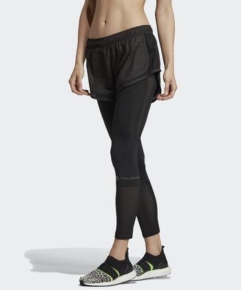 adidasとステラ・マッカートニーがコラボしたレイヤードボトムスは、ショートパンツとレギンスがセットになっています。レギンス1枚ではヒップラインが気になる…という人はショートパンツとの重ね穿きがおすすめ。さりげないロゴも洗練された印象です。