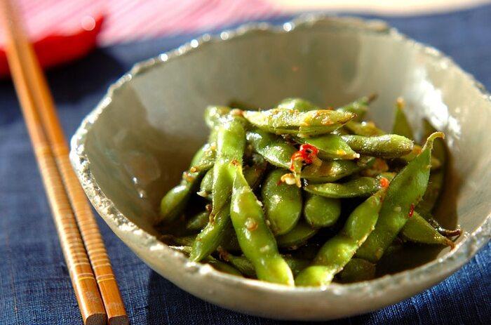 おつまみといったら、やっぱり枝豆。ニンニクと赤唐辛子で味わい深くなったオイルが絡んで、さらに止まらなくなる美味しさ。塩ゆでに飽きてしまったというときに試したい一品です。 作り方を覚えておけば、他の野菜にも活用できそうですね。