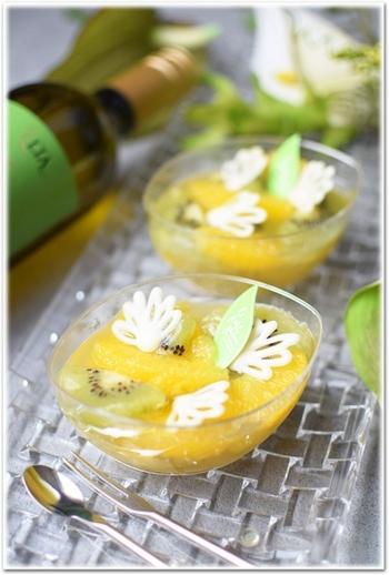 サングリアを使ったスイーツでは、ゼリーが人気ですね。こちらは、サングリア・ビアンカを贅沢に使ったゼリー。キウイやパインアップルは、酵素の生で生のままですと固まりませんが、熱を加えれば固まります。