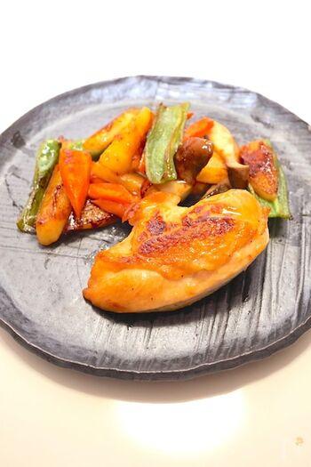 鶏肉のソテーにサングリアを入れて、風味よく蒸し焼きにします。サングリアの甘さが、お肉の美味しさを引き立てます。