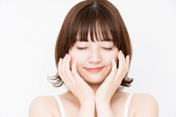 ターンオーバーを整えるためには、バリア機能を正常にすることも大切。化粧水は、肌が柔らかくなるのを感じるまで3回くらいに分けてたっぷりなじませましょう。化粧水で肌にしっかり水分を入れたら、乳液やクリームなどの油分を与えて、水分が肌から蒸発するのを防ぎます。
