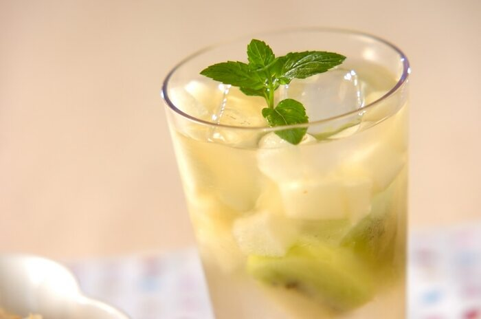 優しい甘さの梨と、甘酸っぱいキウイを使ったサングリア・ブランカ。とても上品な見た目で、おもてなしのテーブルにも合いそう。お好みではちみつを加えるのもいいですね。