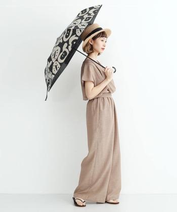 お洒落な日傘を筆頭に、黒の小物で統一感を。ロング丈のパンツスタイルは、スマート効果だけでなく足先までカバーしてくれるので、日焼け対策にぴったりです。