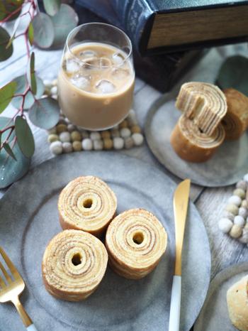 卵焼き器の巻きやすい構造を活かしたバウムクーヘンのレシピ。ホットケーキミックスを使うことで、ワンボウル&ワンパンでお手軽です♪焼き色をつけると、巻いたときに年輪のように綺麗な仕上がりに。