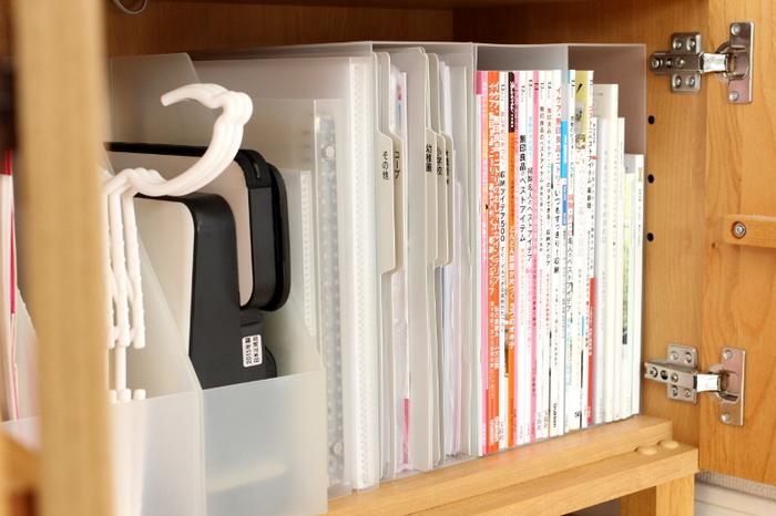 ファイルボックスは従来の書類収納での使い勝手はもちろん、かさ張るハンガー収納としても優秀なアイテムです。 斜めにカットされているので、片手でサッと取り出せてサッと片付けられるのがポイント。  来客用のハンガーやちょっとした部屋干し用など、必要な数だけ置いておけば、わざわざランドリースペースまで取りに行かなくても済みます。使用後の片付けもその場で楽チン!出しっぱなしになりません。