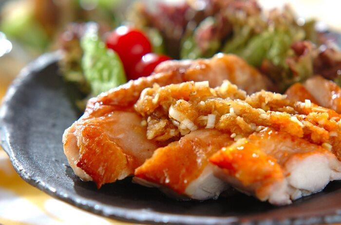 オーブンでこんがり焼いた鶏もも肉に醤油味のおろしダレをかけた和風仕上げ。ご飯がどんどん進みそうです。