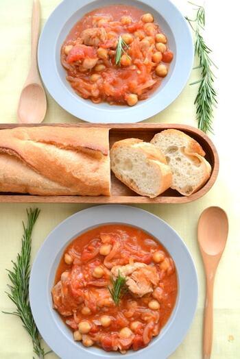 トマト+玉ねぎ+鶏もも肉は、それぞれ旨味成分を出し合う絶好の組み合わせ。煮込みにすれば誰が作ってもそれなりに美味しく仕上がることでしょう。パスタやリゾットにもアレンジができて便利です。