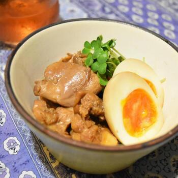 一度冷ますことで味がより染み込んでいく煮込み料理は、作り置きに打ってつけ。 こちらのレシピでは砂糖やみりんを使っていません。甘みと照りを出す役目を果たしているのは、なんとコーラ。鶏もも肉がふっくら柔らかくなって、砂糖とは違う後味に。酢を入れてさっぱり仕上げたら、夏にちょうどいいおかずになります。