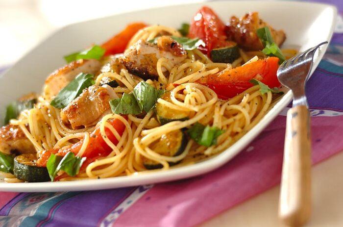 オイルベースのシンプルなパスタに、ジューシーな鶏もも肉を加えてボリュームアップ。肉を焼く時に動かしすぎず、じっくり香ばしく焼き上げるのが美味しくするコツです。
