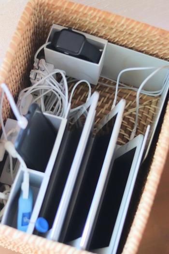 家族が集まるリビングでありがちなのが、スマートフォンの充電問題。それぞれがいろいろな場所のコンセントを使って充電すると、部屋の中がごちゃごちゃしてしまいます。使い終わった充電コードが差しっぱなしになっている、という光景も珍しくはないはず。  こちらは、ラタンバスケットの中に仕切りを作って充電コーナーを作ってしまうというアイデア。 コード同士が絡まらないので、見た目はもちろん、取り出しやすさもバッチリです。フタをしておけば、埃からも守ってくれるので、普段はあまり使わないコード類の収納にも重宝しそう。