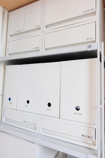 こちらの写真では、さきほど紹介したファイルボックスと引き出しを組み合わせて、無駄のない収納スペースを実現しています。オープンラックが家にあるけれど、見せる収納は苦手...という方も、並べるだけで片付け上手に。