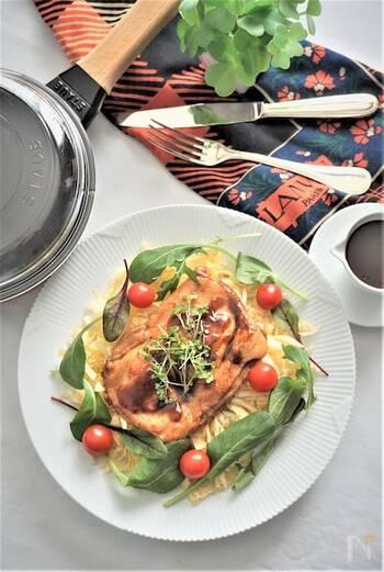 低温で調理すると、鶏もも肉がしっとり柔らかくなります。その肉をフライパンでパリパリに焼いて、オレンジソースを絡めてソテーに。ひと手間を加えて、スペシャルなひとときを楽しんでみて。