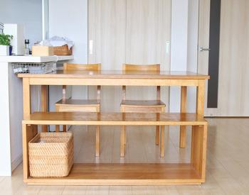 無印良品のテーブルベンチは、まるでオープンラックのようなロの字型。 幅120㎝と大きめではありますが、圧迫感がなく部屋になじみやすいデザインです。