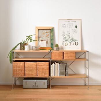こちらは高さ83㎝のシェルフを2つ並べて、最上段を飾り棚のように使っています。 観葉植物やポスター、季節感のあるオブジェを置いても素敵ですね。 お子様の手に届きやすい高さで安定感もあるので、おもちゃや絵本などを見える収納にしてもよさそう。