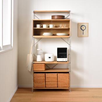 こちらは高さ175.5cmの食器棚向けのユニットシェルフです。ワイドタイプで収納力も◎ 真ん中に背板がないので、リビングダイニングに置いてもスッキリ見えます。  扉付きの上段には普段使いの小皿やカップの収納に、下段にはボックスをおけるので、雑誌や新聞などリビングでゆっくり寛ぎたいときに使用するアイテムを入れてもいいですね。食器や家電が増えても、棚の高さや数を組み替えられます。