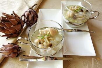 殺菌効果があるといわれるタイムを使ったコンソメ味のスープです。爽やかなハーブは肉の臭み消しにもなります。 のどが痛い時や、食欲が落ちている時に、取り入れてみて。