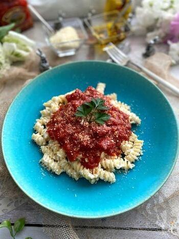 自家製のリコッタ風のチーズ(カッテージ)を使ったトマトソースパスタ。らせん状のフジッリを使いますので、ソースがよくからみ、味わい深いひと皿です。