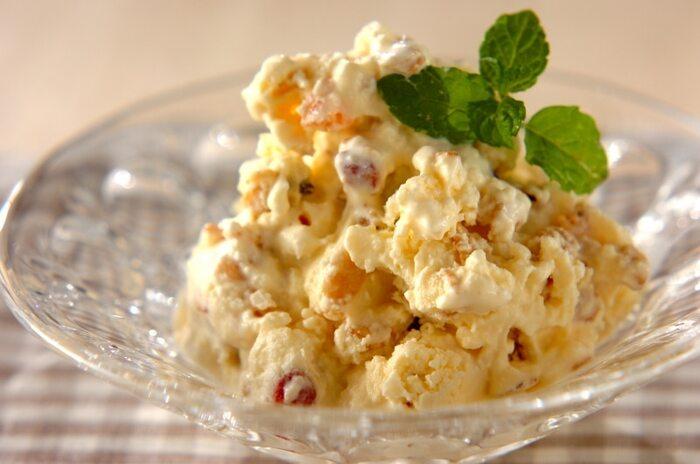 リコッタチーズ・アイスクリーム・グラノーラを混ぜて、冷凍庫へ入れるだけ。簡単だけれど美味しいリコッタアイスの完成です。いろんな風味や食感が重なって、贅沢な味わいが楽しめます。