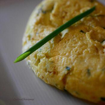 ふわふわオムレツのある朝食は、気分も上がりますね。コツは、リコッタチーズをたっぷり加えること。とろけるような柔らかな食感です。